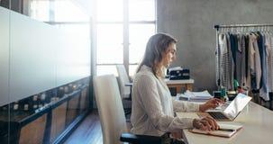 Imprenditore online sul lavoro immagini stock libere da diritti