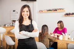 Imprenditore in un salone del chiodo fotografie stock libere da diritti