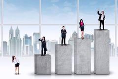 Imprenditori che stanno sulle barre d'allineamento Fotografie Stock Libere da Diritti