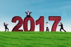 Imprenditori con 2017 sul prato Immagine Stock