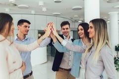 Imprenditori e gente di affari che raggiungono gli scopi fotografie stock