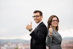 Imprenditori moderni che celebrano successo di affari fotografie stock libere da diritti
