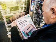 Imprensa Amazonas Oferta di primavera do quiosque de jornal da imprensa da compra do homem superior fotografia de stock royalty free