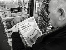 Imprensa Amazonas Oferta di primavera do quiosque de jornal da imprensa da compra do homem superior imagens de stock