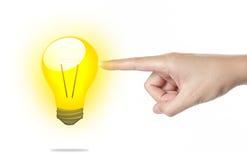 imprensa bonita da mão do homem à lâmpada incandescente imagem de stock