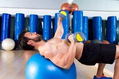 Imprensa da caixa do peso no exercício do homem da bola do ajuste foto de stock