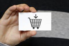 Imprensa da mão do homem de negócios no ícone do carrinho de compras foto de stock