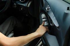 Imprensa da mão no espelho do botão no carro fotos de stock