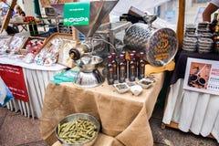 Imprensa de óleo automática da semente da abóbora no mercado de rua em Rijeka foto de stock