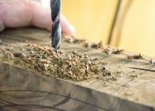 Imprensa de broca da obra de carpintaria no fim da madeira acima fotos de stock royalty free