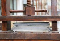 Imprensa de madeira da mão para a papelada imagem de stock