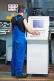 Imprensa de perfurador do cnc do funcionamento do trabalhador fotografia de stock royalty free