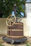 Imprensa de vinho de madeira velha imagem de stock
