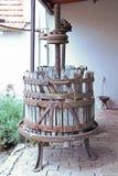 Imprensa de vinho de madeira velha fotografia de stock