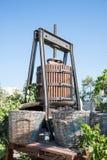 Imprensa de vinho velha em Santorini fotos de stock royalty free
