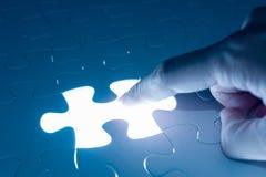 Imprensa do dedo na parte vazia de enigma de serra de vaivém, imagem conceptual fotografia de stock royalty free