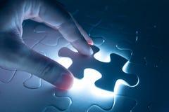Imprensa do dedo na parte vazia de enigma de serra de vaivém, imagem conceptual fotografia de stock