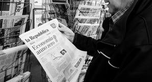 Imprensa do italiano da imprensa do quiosque de jornal da imprensa da compra do homem superior fotografia de stock