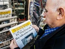 Imprensa do quiosque de jornal da imprensa da compra do homem superior o telégrafo diário imagens de stock