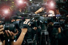 Imprensa e câmera dos meios, fotógrafo video no dever em público novo Foto de Stock