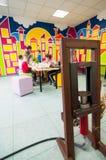 Imprensa e crianças de óleo que aprendem sobre plantas em uma oficina Fotos de Stock Royalty Free