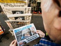Imprensa holandesa Brexit da imprensa do quiosque de jornal da imprensa da compra do homem superior imagens de stock