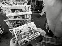 Imprensa holandesa Brexit da imprensa do quiosque de jornal da imprensa da compra do homem superior imagem de stock