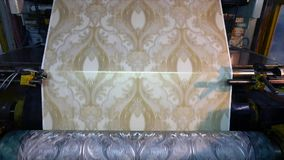 Imprensa impressa na f?brica do papel de parede, o processo de produzir o papel de parede filme