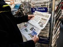 Imprensa Les Echos do quiosque de jornal da imprensa da compra do homem superior fotos de stock