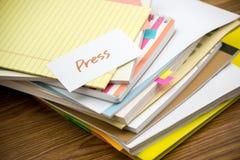 Imprensa; A pilha de originais de negócio na mesa fotos de stock