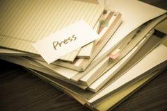 Imprensa; A pilha de originais de negócio na mesa fotografia de stock