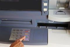 imprensa que da mulher os botões no teclado de um ATM fazem à máquina ao giv imagem de stock royalty free