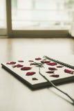 A imprensa secou a flor cor-de-rosa na página do livro de nota, na textura de madeira, tom do vintage Fotografia de Stock Royalty Free