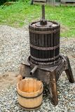 Imprensa velha de madeira da uva imagem de stock royalty free