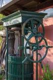 Imprensa verde-oliva do vintage com tambor de madeira, fim acima fotografia de stock