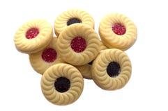 Imprense cookies com o isolador dos doces do creme, do mirtilo e de morango Foto de Stock Royalty Free