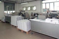 Imprenta: línea de acabamiento de la prensa del poste Fotografía de archivo