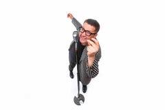 Impresario het zingen in microfoon met emotioneel gebaar stock foto