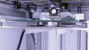 Impresión con el filamento plástico del alambre en la impresora 3D almacen de video