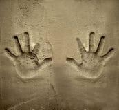 Impresión de ambas manos en la pared del mortero del cemento Fotos de archivo libres de regalías