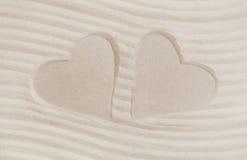Impresión de dos corazones en la arena Playa del verano y concepto de las vacaciones Fotos de archivo libres de regalías