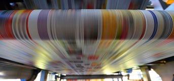 Impresión de periódicos coloreados con una máquina de impresión en offset imagenes de archivo