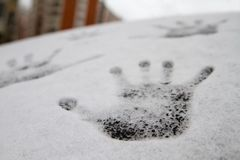Impresión de una mano en la nieve, textura blanca cerca de la nieve fresca sobre el vidrio Foto de archivo libre de regalías