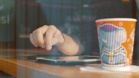Impresión del Blogger en la tableta en el café almacen de metraje de vídeo