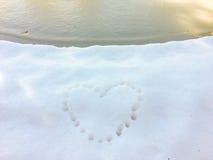 Impresión del corazón en la nieve Imágenes de archivo libres de regalías
