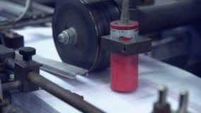 Impresión del periódico en la fábrica de la impresión almacen de metraje de vídeo