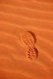 Impresión del pie en el desierto Fotos de archivo libres de regalías