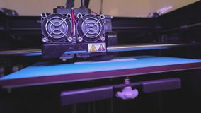 Impresión en una impresora 3D Impresión industrial en la impresora 3D Tecnología progresiva para la impresión 3d funcionamiento d almacen de video
