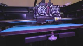 Impresión en una impresora 3D Impresión industrial en la impresora 3D Tecnología progresiva para la impresión 3d funcionamiento d almacen de metraje de vídeo
