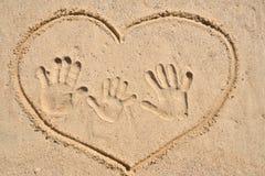 Impresión feliz de la mano de la familia. Fotografía de archivo
